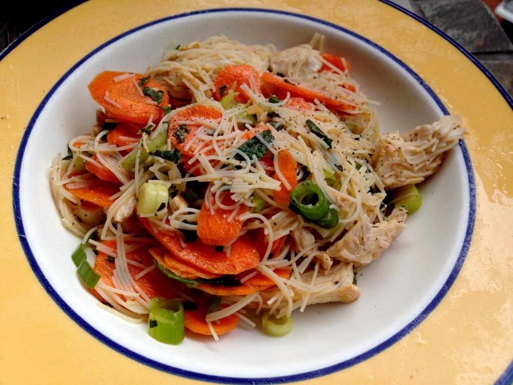 Salade fraîcheur aux vermicelles de riz, crudités et poulet