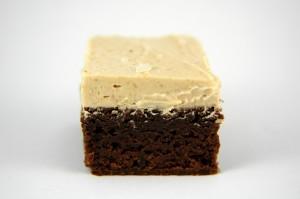 Brownies intensément chocolatés, glaçage au beurre de cacahuète et fleur de sel