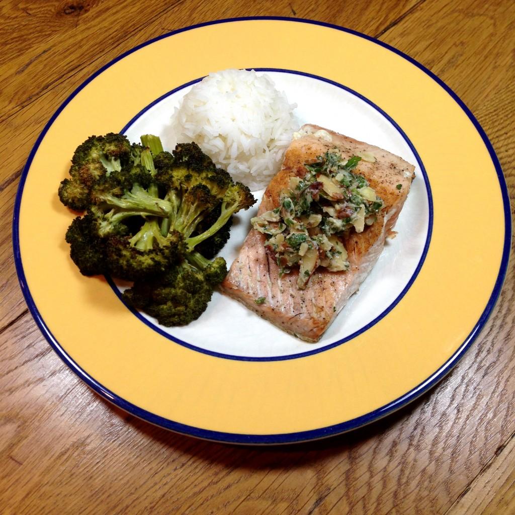 Pavé de saumon, beurre citronné aux amandes et persil, brocoli rôti à l'ail