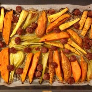 Patate douce, panais, fenouil et saucisse rôtis au four